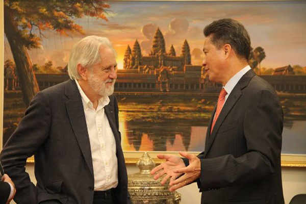 Lord Puttnam with Cambodian Minister of Commerce, Chanthol Sun.